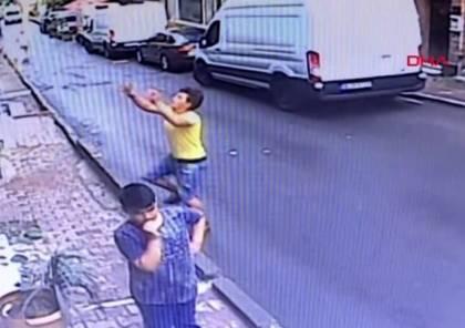 عروبة.. جزائري ينقذ طفلة سورية سقطت من نافذة منزلها بإسطنبول/ فيديو