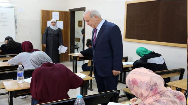 في اليوم الاول.. وزير التربية يتفقد عددا من قاعات امتحان التوجيهي