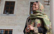مغنية أمريكية شهيرة تعلن انها تشعر ببراءة الطفولة عقب اعتناقها للإسلام