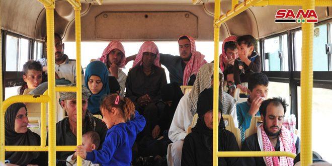 مئات المهجرين السوريين يغادرون جحيم مخيم الركبان الى احضان دولتهم