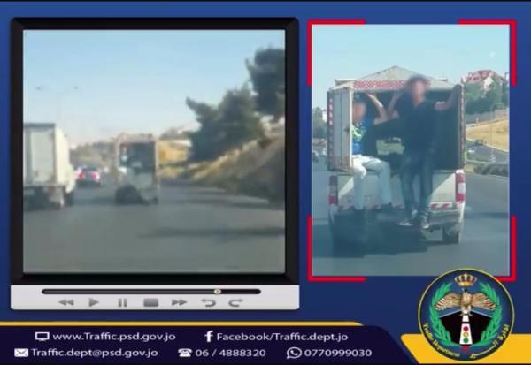 ضبط مركبة يخرج من باب صندوقها الخلفي شخصان على طريق المطار/ فيديو