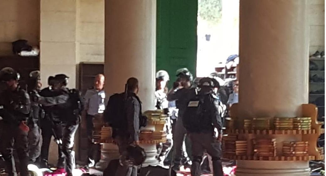 اصابات واعتقالات لدى اقتحام المستوطنين وقوات الاحتلال لـباحات الأقصى