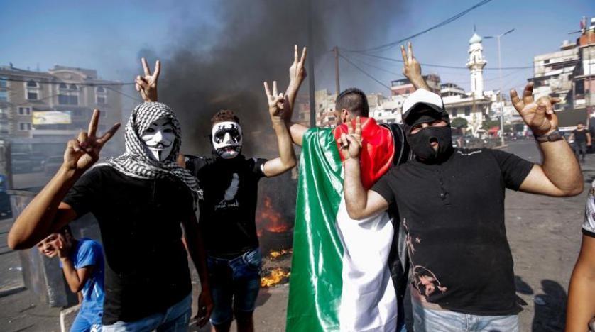 مخاوف من انفجار اجتماعي وأمني في المخيمات الفلسطينية ولكن عباس يدعو للتهدئة