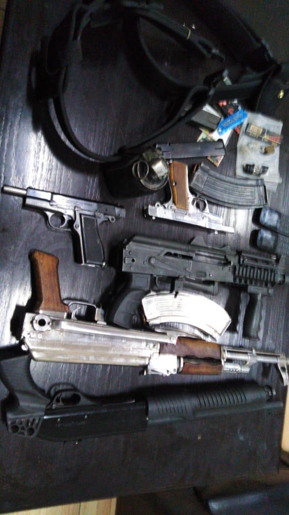 ضبط 5 مطلوبين بحوزتهم أسلحة ومواد مخدرة في عمان والكرك