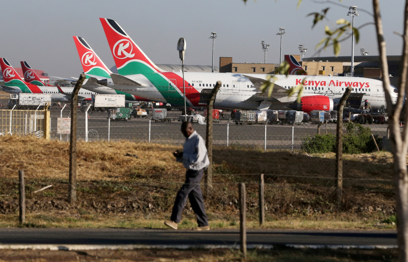 اكتشاف جثة رجل في حقيبة سقطت من طائرة كينية سافر عليها خلسة