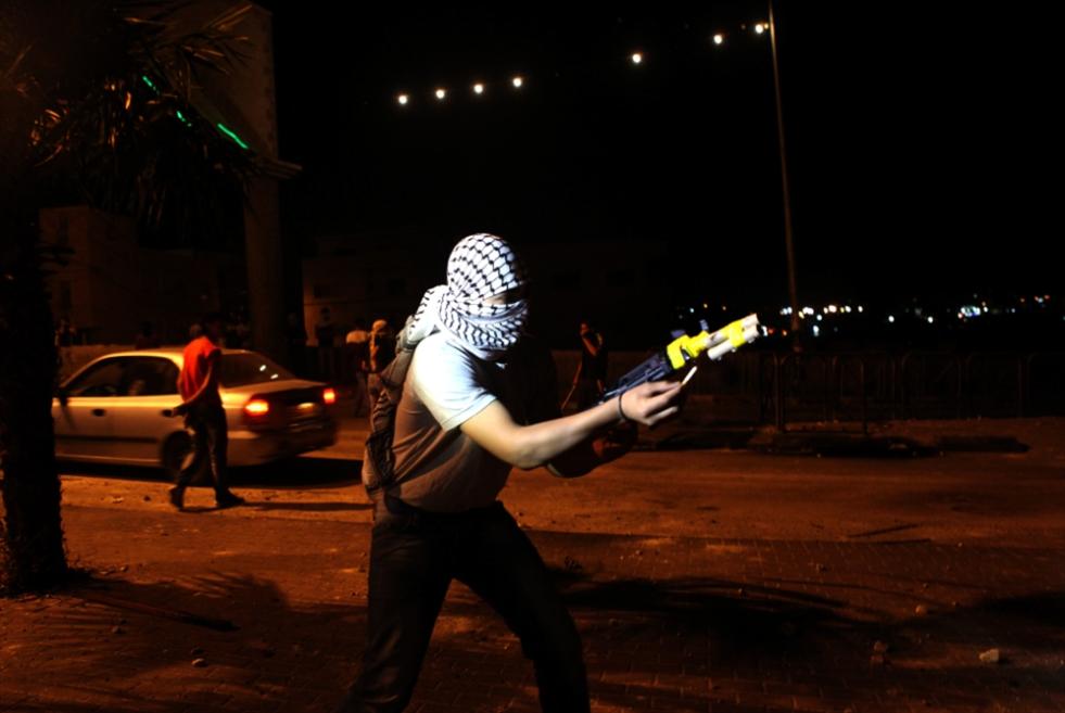 هكذا حول فتيان الضفة العاب المفرقعات الى سلاحيخيف جنود الاحتلال
