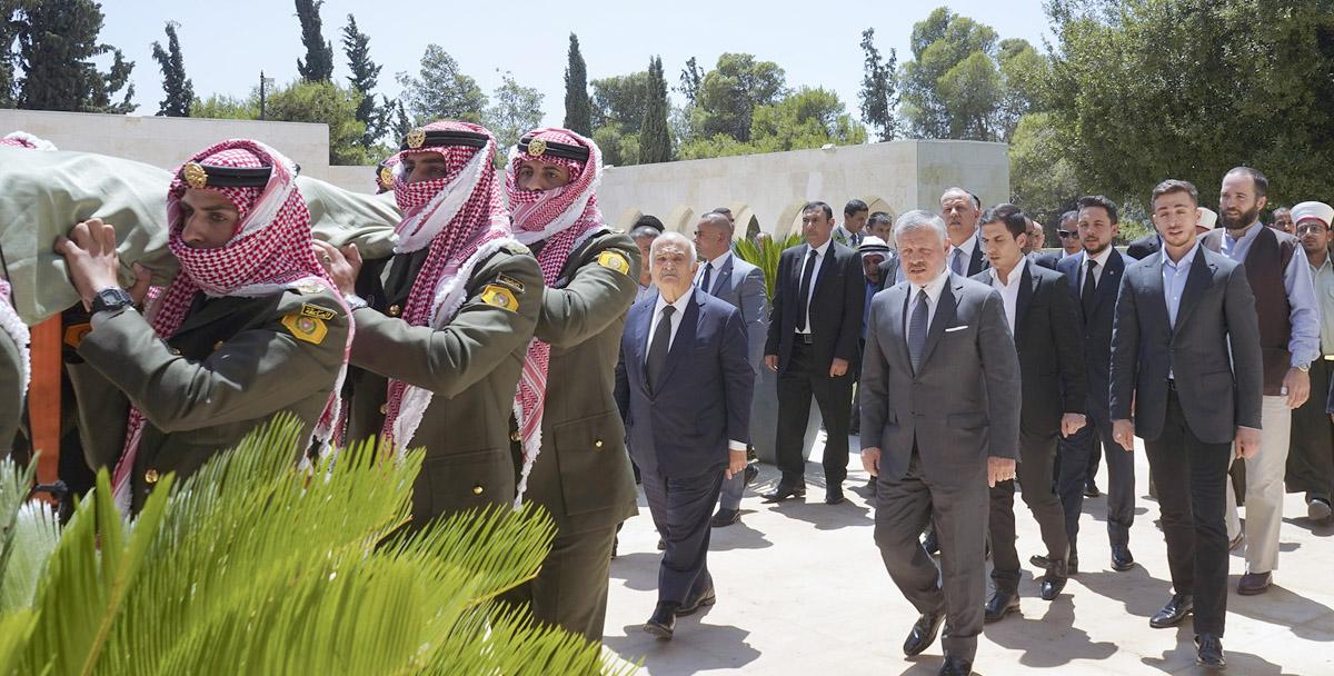 الملك يشارك في تشييع جثمان الأميرة دينا عبدالحميد،اول زوجات الملك حسين