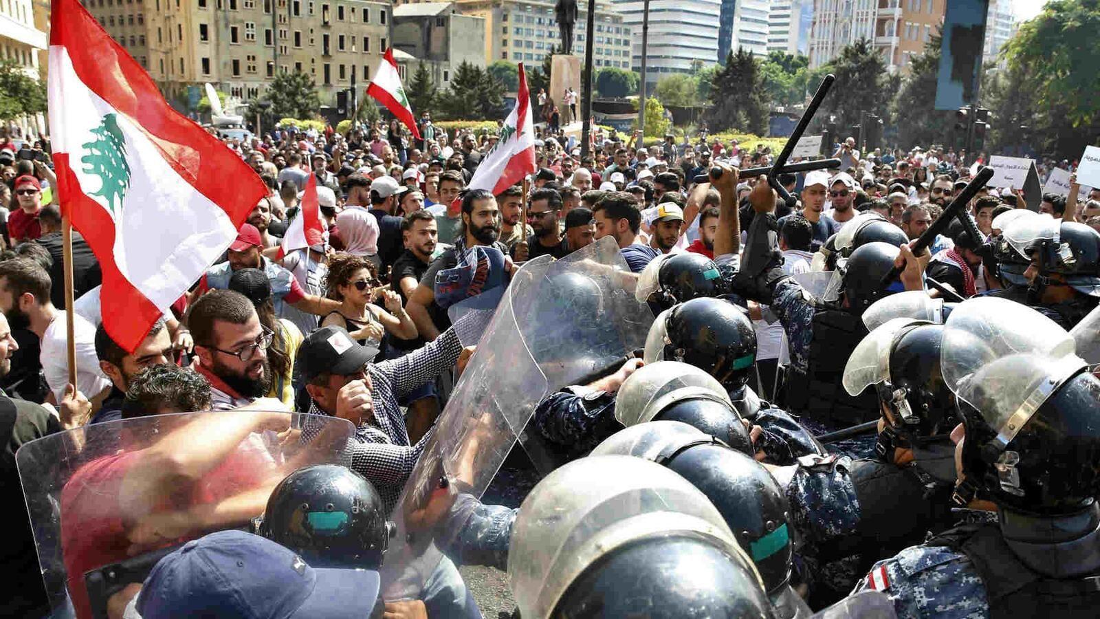 التظاهر وقطع الطرق يتواصل اليوم الجمعة بمختلف المناطق اللبنانية رفضا لفرض ضرائب جديدة