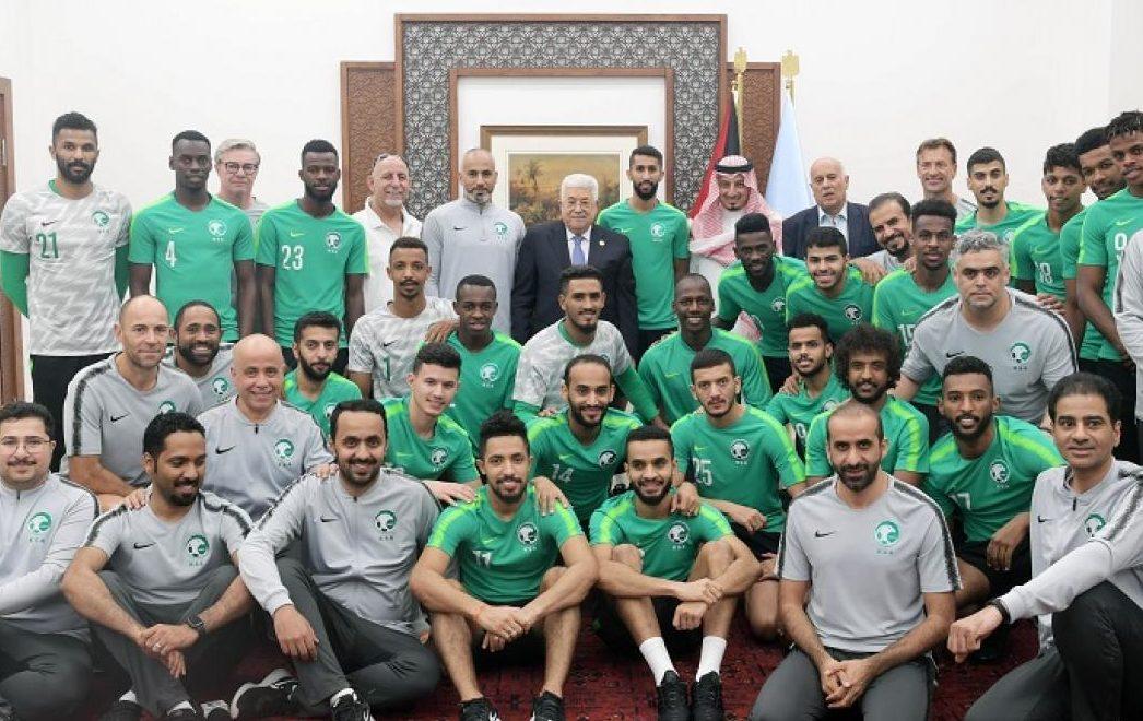 عباس -رائد المطبّعين- يرحب بزيارة المنتخب السعودي التطبيعية لفلسطين المحتلة