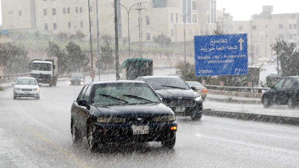 ارتفاع منسوب المياه في بعض شوارع عمان يسبب أزمة خانقة