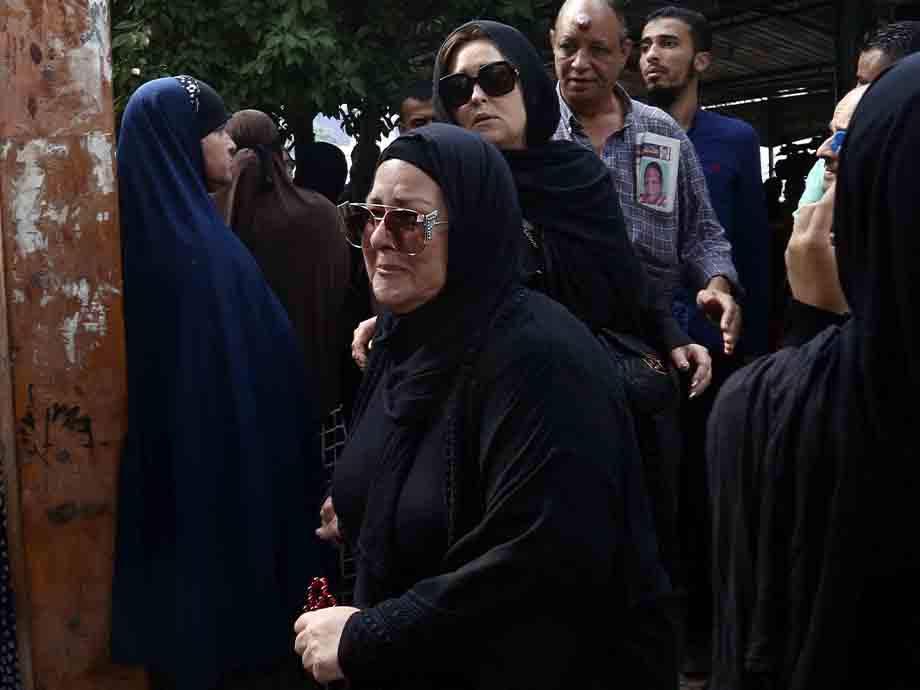 ظهور خطيبته لاول مرة.. انهيار وانفعال ممثلات في جنازة هيثم أحمد زكي