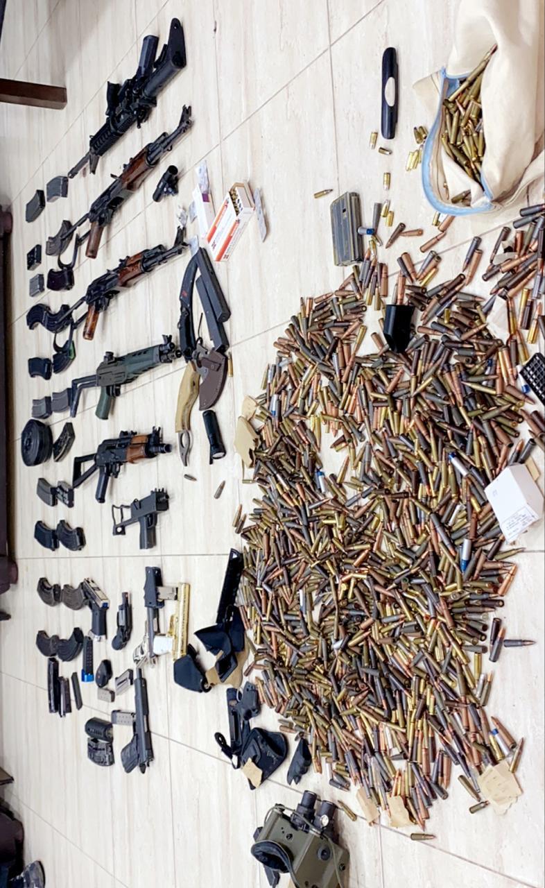 ضبط أسلحة وذخائر في مداهمة أمنية لاحد المنازل بالعاصمة
