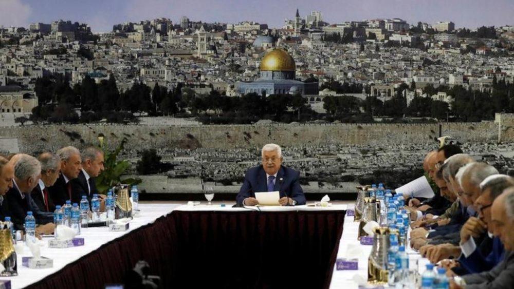 بناء لدعوة عباس.. ممثلون عن حماس يشاركون في اجتماع القيادة الفلسطينية لبحث الرد على خطة ترامب
