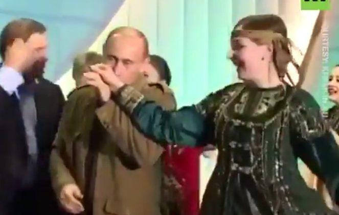 بوش الابن وبوتين يرقصان في فيديو نادر نشره الكرملين مؤخرا