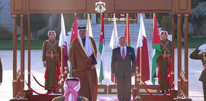 الملك يستقبل أمير قطر لدى وصوله عمان اليوم في زيارة رسمية تستغرق يومين/ فيديو