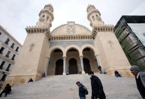 من بركات رمضان.. مجلس الوزراء يقرر السماح بالخروج لأداء صلاة الجمعة سيراً على الاقدام ولمدّة ساعة واحدة