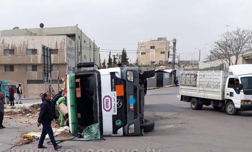 انقلاب شاحنة حكومية اليوم الثلاثاء على دوار الجمرك في عمّان
