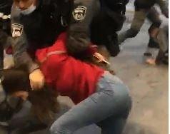 جنود الاحتلال يضربون ويسحلون فتاة وشقيقها في العيسوية