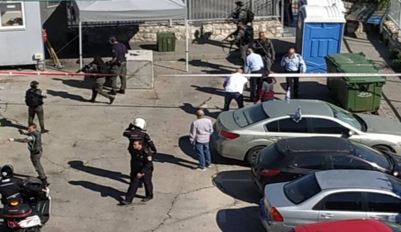 شرطة الاحتلال تصيب شابا فلسطينيا بجروح خطيرة بدعوى محاولته تنفيذ عملية طعن جنوبي القدس