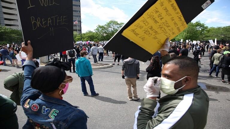 إغلاق البيت الأبيض في وجه الاحتجاجات الشعبية الغاضبة التي تعم معظم المدن الامريكية جراء مقتل رجل اسود بايدي عناصر الشرطة/ فيديو