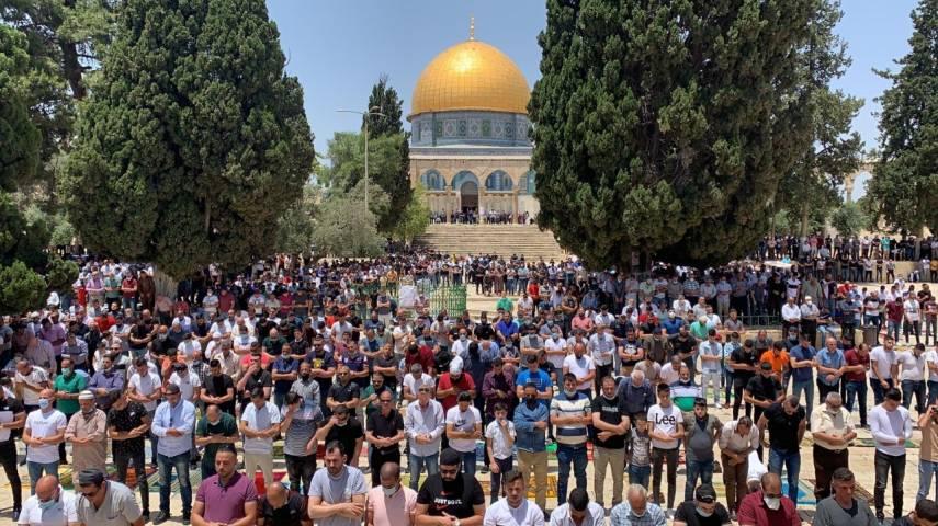 الآلاف يؤدون صلاة الجمعة بالمسجد الأقصى بعد أسابيع من الإغلاق