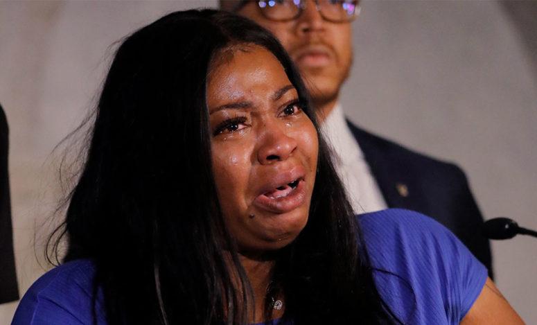 زوجة المغدور فلويد تبكيه على الهواء وتندب حظ طفلته اليتيمه وتطالب ترامب بتحقيق العدالة/ فيديو