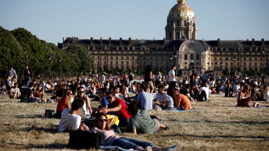 الباريسيون يتنفسون الصعداء بعد إعادة فتح الحدائق العامة والمساحات الخضراء