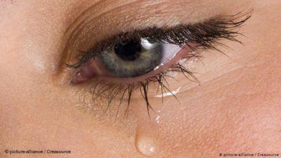 الدموع تعبير عن الحزن.. فلماذا نبكي عند نفرح ؟؟