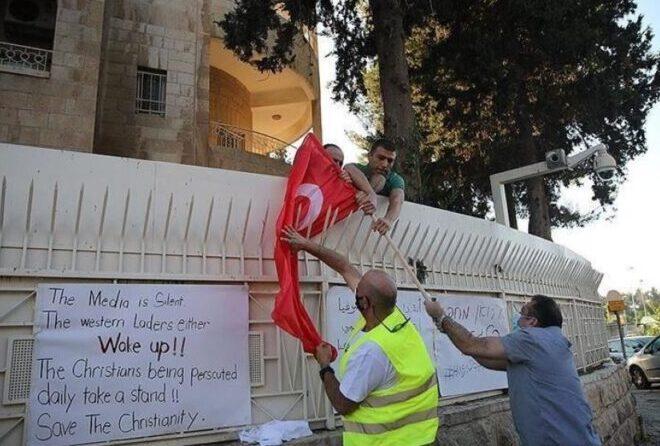 إحراق علم تركيا أمام قنصليتها بالقدس.. والسبب كنيسة ايا صوفيا