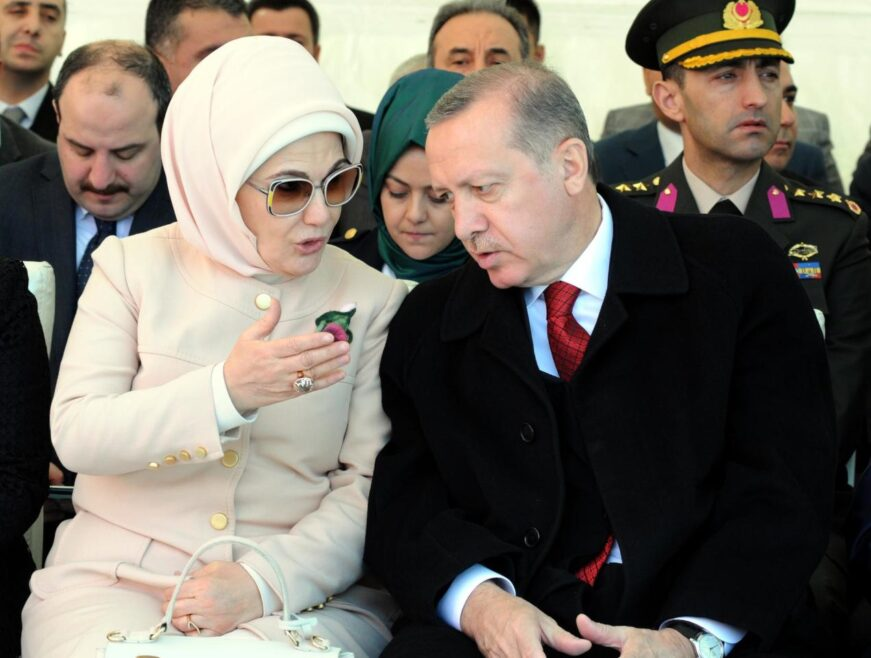 اردوغان يقمع صحافة المعارضة لانها تواصل فضح بذخ زوجته وفساد صهره