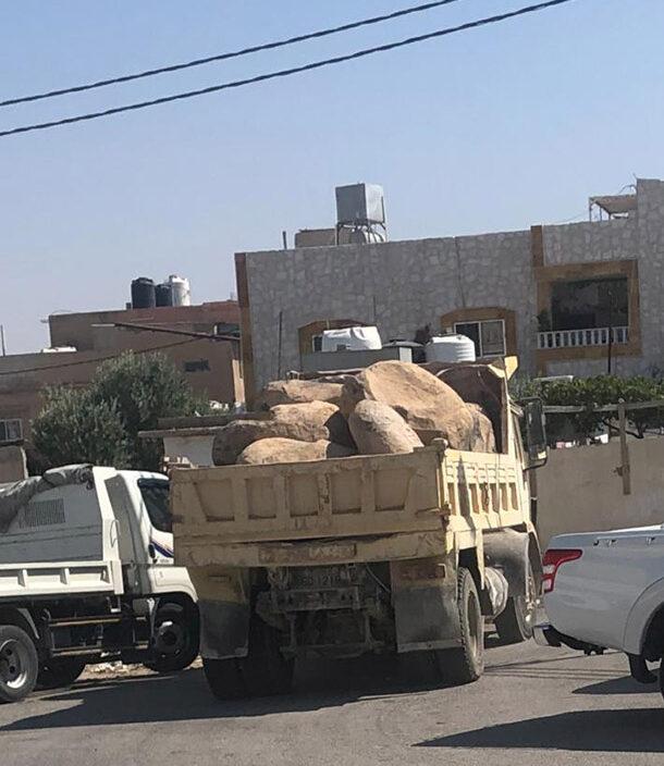 ضبط قلاب مخالف محمل بالبازلت المستخرج من اراضي الخربة السمرا