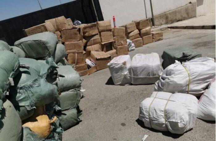 ضبط حاوية تضم 50 ألف قطعة ملابس مهربة في عمان