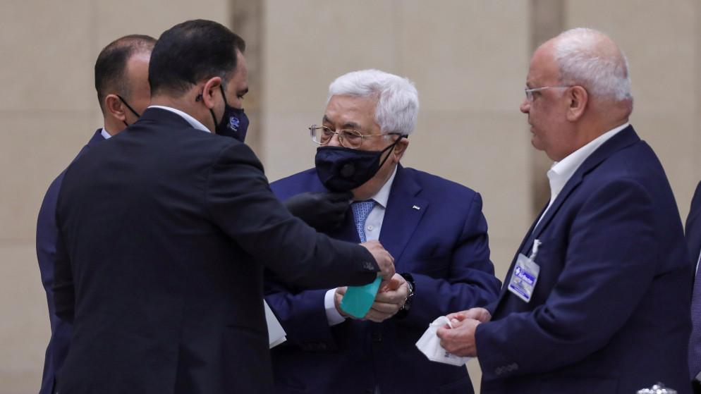 صحيفة عبرية: سلطة عباس ترفض إغراءات اقتصادية خيالية إماراتية وسعودية مقابل عدم معارضة تطبيعهما مع إسرائيل