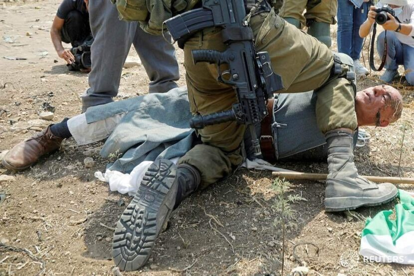 كي لا ننسى.. ضابط اسرائيلي ينكل بوحشية بشيخ فلسطيني في طولكرم/ فيديو