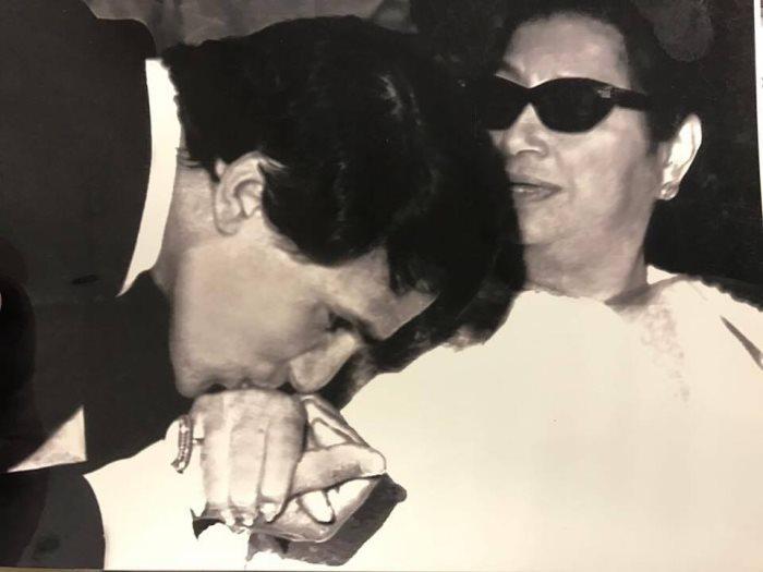 قصة صورة.. لماذا قبّل عبد الحليم حافظ يد أم كلثوم ؟؟