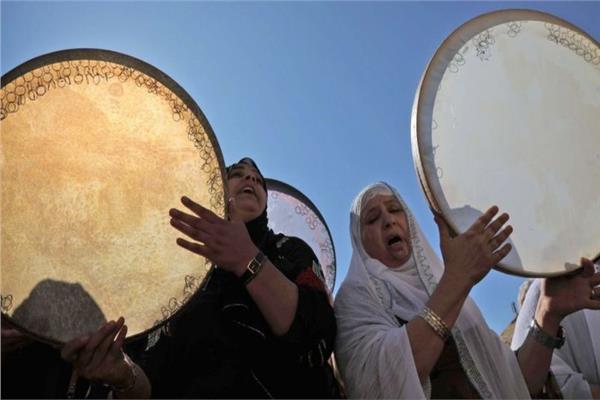 بالدفوف والابتهالات والحلويات يحتفل المسلمون بمولد سيد الخلق