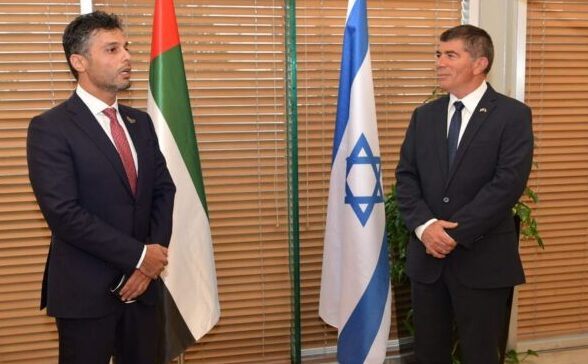 يا للخيانه.. أول سفير إماراتي لدى إسرائيل يصل تل أبيب ويبتهج بلقاء وزير الخارجية الصهيوني/ فيديو