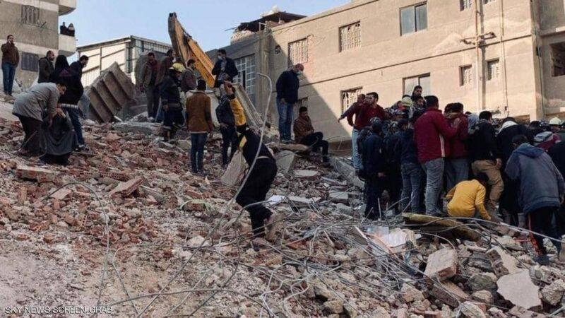 مصر الى اين؟؟ 8 وفيات و29 مصابا في انهيار مبنى بالقاهرة اليوم، بعد وفاة 32 آخرين لدى تصادم قطارين في سوهاج امس