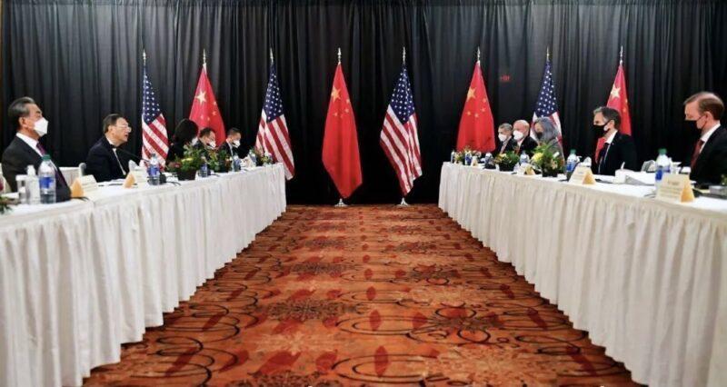بعد تدهور العلاقات بين موسكو وواشنطن.. توتر وخلاف حاد وتبادل اتهامات في اول لقاء صيني - امريكي في عهد بايدن