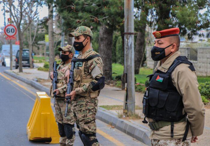 القوات المسلحة تنتشر على مداخل ومخارج محافظات ومدن المملكة