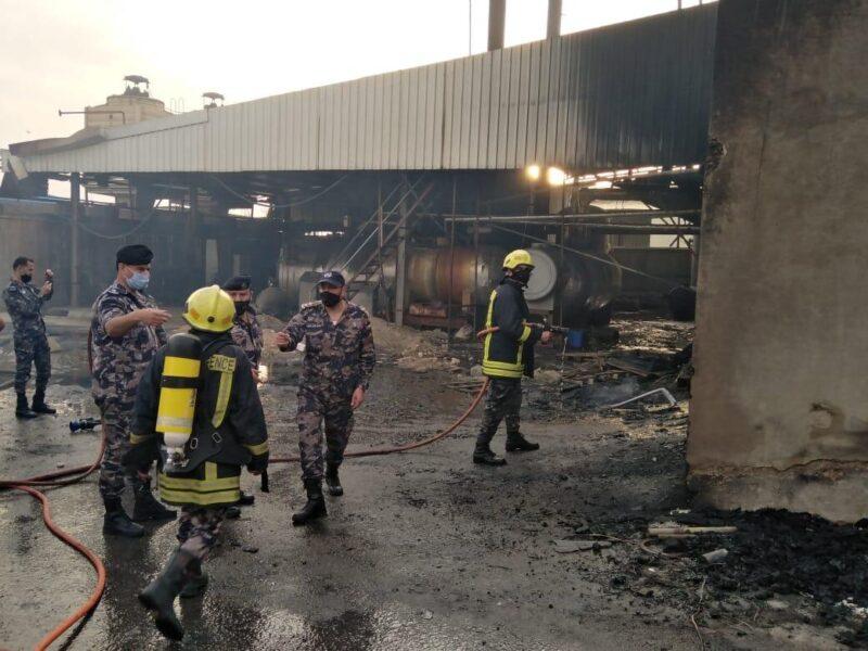 اخماد حريق هنجر تابع لاحد مصانع البوليسترين في دير علا