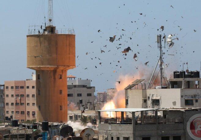 قصف العدو لمنزلين في مخيم البريج بغزة يوقع 5 شهداء