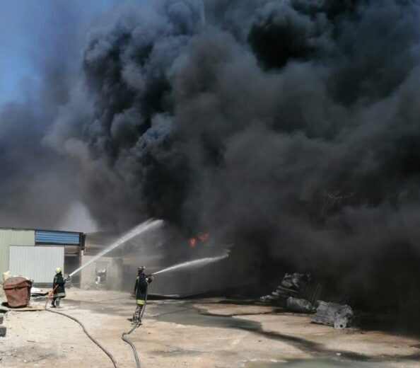 الدفاع المدني يخمد حريقا بمصنع يحتوي (بولسترين) في الموقر