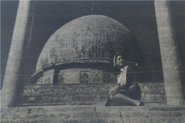 نعيمة عاكف تتبرك بزيارة الحرم القدسي وقبة الصخرة عام 1954