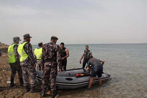 قوارب الدفاع المدني تنقذ شخصا من للغرق في البحر الميت