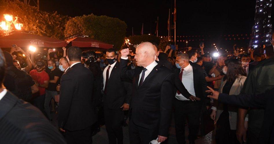 حشود تونسية ترحب وتحتفل بالحركة التصحيحية التي نفذها الرئيس سعيد عبر حل الحكومة وتجميد عمل البرلمان/ فيديو