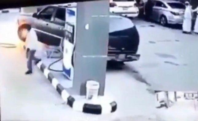 سائقة سعودية تشعل مضخة بنزين صدمتها بسيارتها/ فيديو