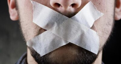 سلطة عباس تصدر قرارًا يمنع الموظفين من التعبير عن آرائهم