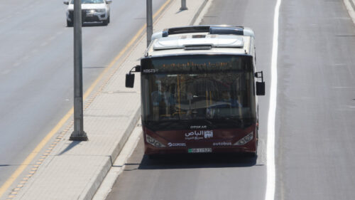 الامن العام يحجز مركبات المخالفين لمسارب الباص السريع
