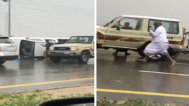 انقلاب شاحنة محملة بالقات وتهافت السعوديين لسرقة الحزم المتناثرة/ فيديو